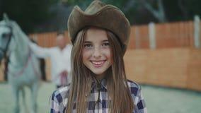 微笑对照相机的愉快的女孩画象 4K 影视素材