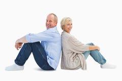 微笑对照相机的愉快的成熟夫妇 免版税图库摄影