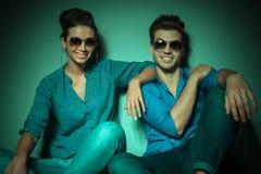 微笑对照相机的愉快的时尚夫妇 免版税图库摄影