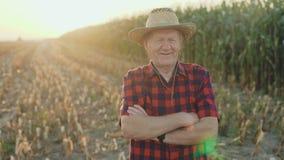 微笑对照相机的成功的资深农夫的画象用横渡的手4K 股票录像