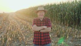 微笑对照相机的成功的资深农夫的Ait用横渡的手4K 股票录像