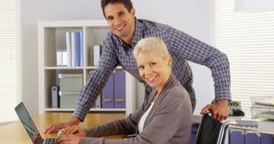 微笑对照相机的成功的businessteam 免版税图库摄影