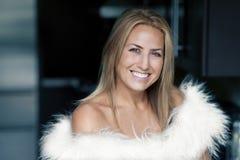 微笑对照相机的成熟白肤金发的妇女 免版税库存图片