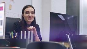 微笑对照相机的时髦的深色的女商人 企业现代办公室妇女 慢的行动 股票录像