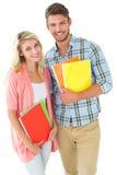 微笑对照相机的有吸引力的学生夫妇 免版税库存照片