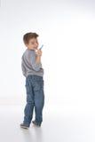 微笑对照相机的狡猾的孩子 免版税库存图片