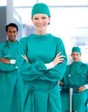 微笑对照相机的确信的外科医生 免版税库存照片