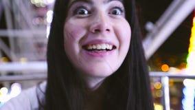 微笑对照相机的美丽的少妇 股票录像