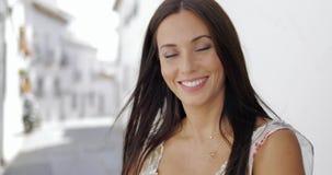 微笑对照相机的美丽的年轻女人 股票视频