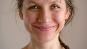 微笑对照相机的美丽的白种人妇女在醒以后 股票录像