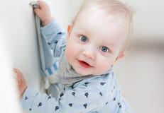 微笑对照相机的美丽的蓝眼睛的男孩 免版税库存照片