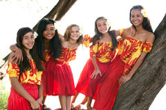 微笑对照相机的美丽的玻利尼西亚人草裙舞女舞伴 免版税库存照片