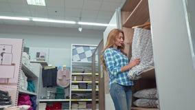 微笑对照相机的美女,买毯子在陈设品商店 股票录像