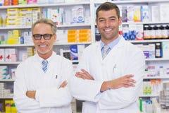 微笑对照相机的药剂师队  免版税图库摄影