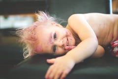 微笑对照相机的逗人喜爱和淘气被绘的小孩 免版税图库摄影