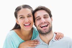 微笑对照相机的逗人喜爱的夫妇 免版税库存照片
