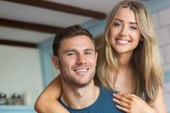 微笑对照相机的逗人喜爱的夫妇 免版税库存图片