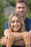 微笑对照相机的逗人喜爱的夫妇 图库摄影
