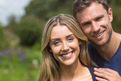 微笑对照相机的逗人喜爱的夫妇 库存图片
