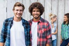 微笑对照相机的年轻人 免版税库存照片