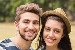 微笑对照相机的年轻夫妇 库存图片