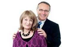 微笑对照相机的年长夫妇 库存图片