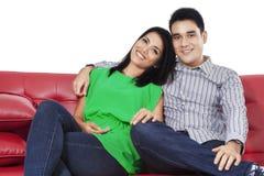 微笑对照相机1的亚洲夫妇 免版税库存照片
