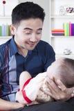 微笑对男婴的阿拉伯父亲 免版税库存照片