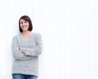 微笑对白色墙壁的成熟妇女 免版税库存图片