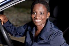 微笑对轮子的少妇 免版税库存照片