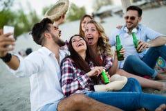 微笑小组年轻快乐的人民互相结合和 库存照片