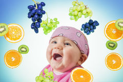 微笑小逗人喜爱的逗人喜爱的婴孩愉快地围拢 免版税库存图片