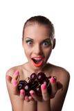 微笑妇女提议您的口味成熟樱桃 库存图片