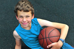 微笑少年与篮球 免版税库存照片
