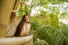 微笑年轻美丽和愉快的红色头发的妇女生活方式新鲜和自然画象快乐和无忧无虑的享用的夏天 免版税库存图片