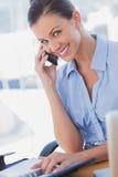 微笑愉快的女实业家叫和 免版税库存图片