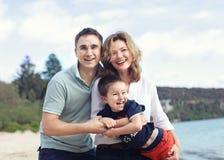 微笑愉快的家庭户外 免版税库存图片