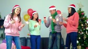 微笑愉快的小组在获得迷人的党照明设备的闪烁发光物的朋友年轻peopleÂ乐趣庆祝除夕 录影sl 股票视频