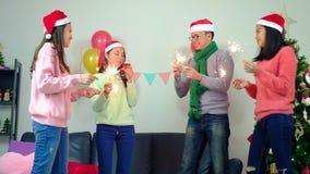 微笑愉快的小组在获得迷人的党照明设备的闪烁发光物的朋友年轻peopleÂ乐趣庆祝除夕 录影sl 影视素材