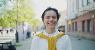 微笑愉快的少年的孩子画象看照相机户外在好日子 股票视频