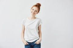 微笑愉快的红头发人的女孩看照相机 库存照片