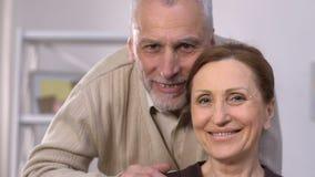 微笑愉快的资深的夫妇,健康牙,牙插入物,弭补科 股票视频