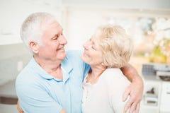 微笑愉快的资深的夫妇,当看eachother时 免版税库存照片