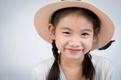 微笑愉快的逗人喜爱的女孩特写画象看照相机 免版税库存图片
