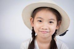微笑愉快的逗人喜爱的女孩特写画象看照相机 库存照片
