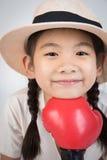 微笑愉快的逗人喜爱的女孩特写画象看照相机 免版税库存照片