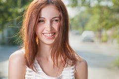 微笑愉快的青少年的红头发人的妇女户外特写镜头图象 免版税库存图片