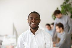 微笑愉快的非裔美国人的专业的经理看c 免版税图库摄影
