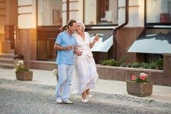 微笑成熟的夫妇走和 免版税库存图片