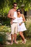 微笑户外对夏令时的年轻夫妇 免版税库存照片